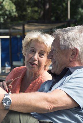 Opa und Opa am Pool